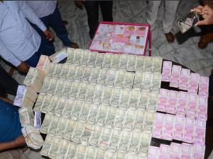 तेलंगाना /तहसीलदार के घर से 93 लाख कैश और ज्वेलरी मिली, घूसखोरी की शिकायत पर छापेमारी
