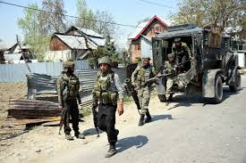 कश्मीर घाटी के पुलवामा जिले में सुरक्षाबलों के साथ मुठभेड़ में तीन आतंकवादी मारे गए