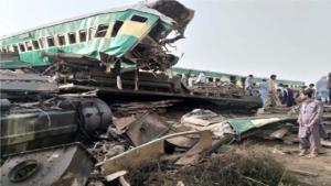 पाकिस्तान में आपस में टकराईं ट्रेनें, 30 की मौत